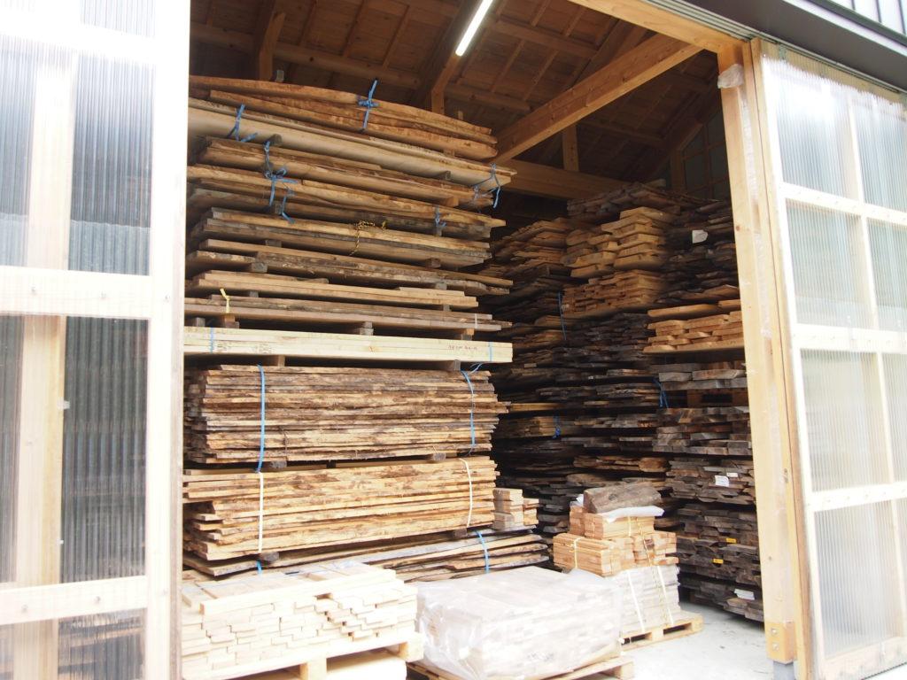 オークヴィレッジの木材倉庫