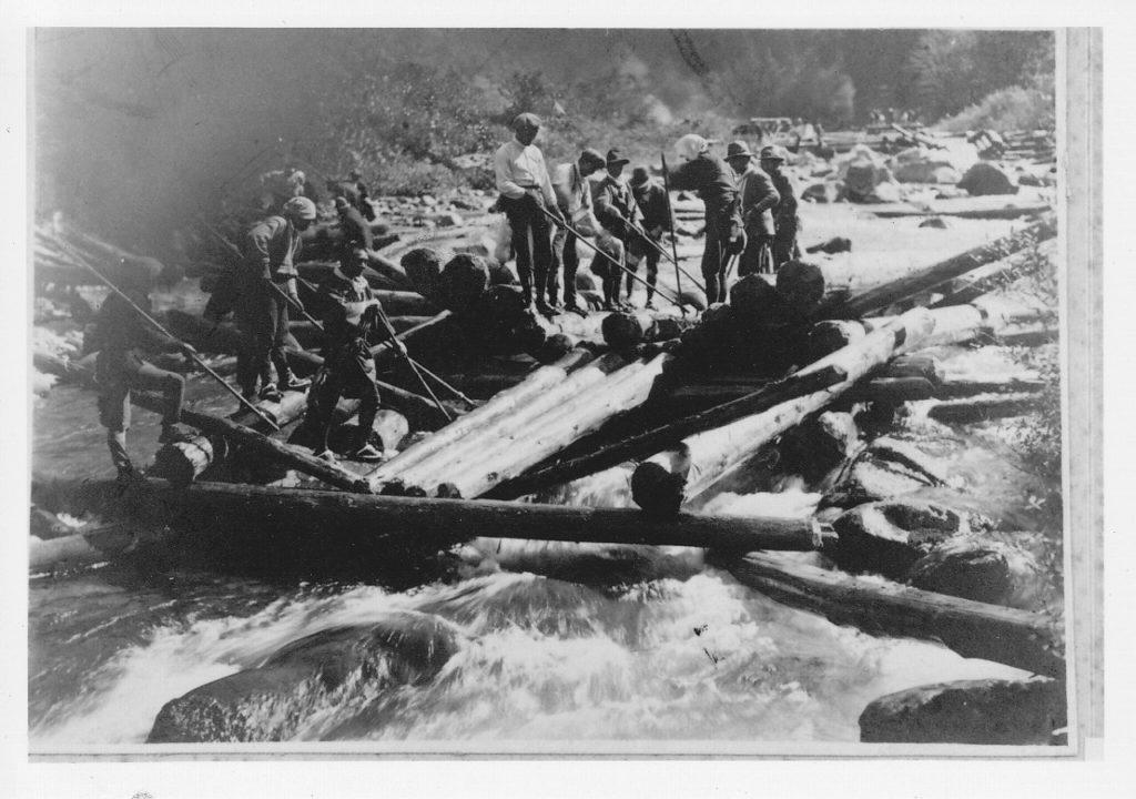 木材を流すための簡易的なダム