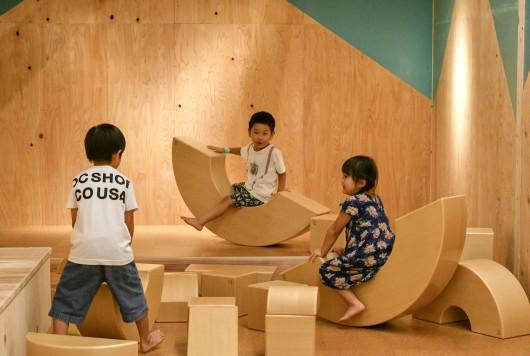 日本の木と遊ぶ!全天候型プレイルーム「森のわくわくの庭」